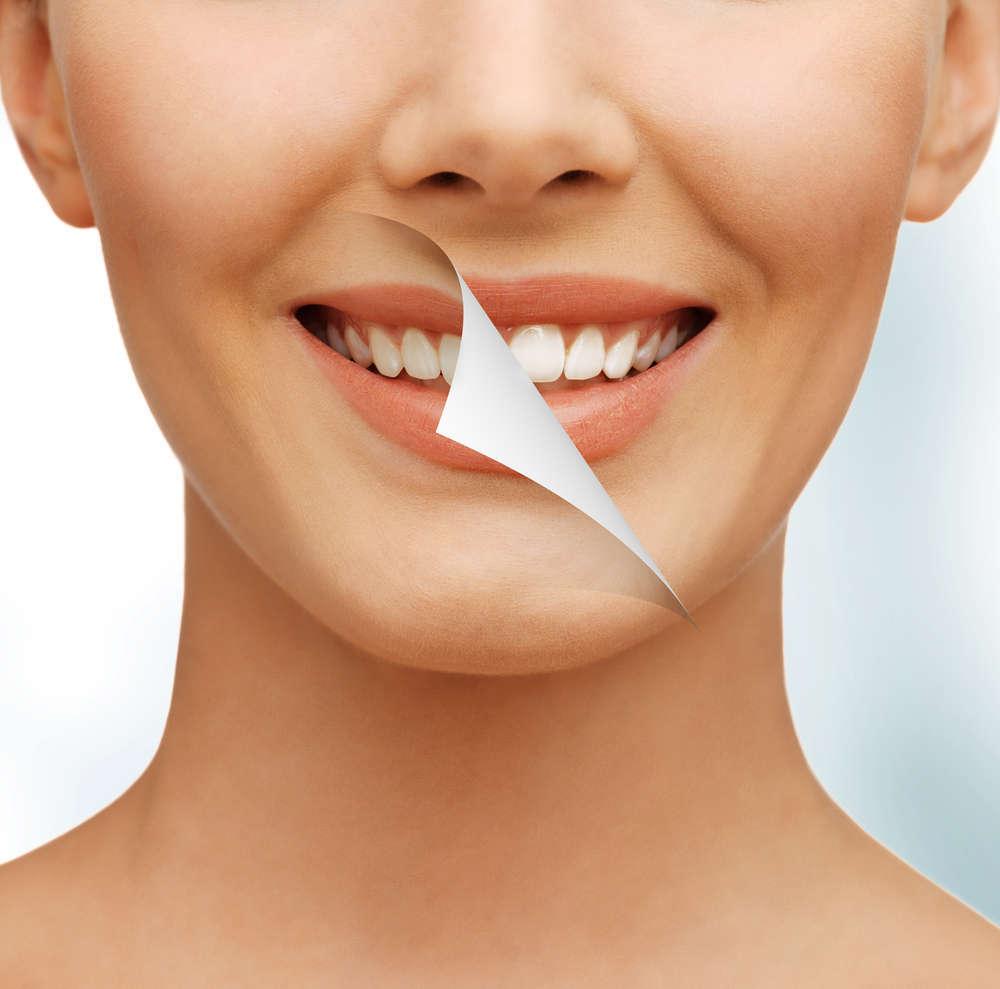 Trucos de maquillaje para que tus dientes parezcan más blancos